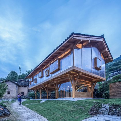Diseñado como un proyecto de reactivación para el pueblo rural de Jinhua, Mountain House in Mist está construido sobre pilotes y tiene espacios abiertos para leer, estudiar, así como áreas para que los aldeanos se relajen y tomen té. Los creadores esperan que el edificio atraiga a más viajeros y turistas, así como a jóvenes de la zona. Los lados escarchados del edificio dejan entrar la luz durante el día e iluminan los alrededores al anochecer (Shulin Architectural Design)