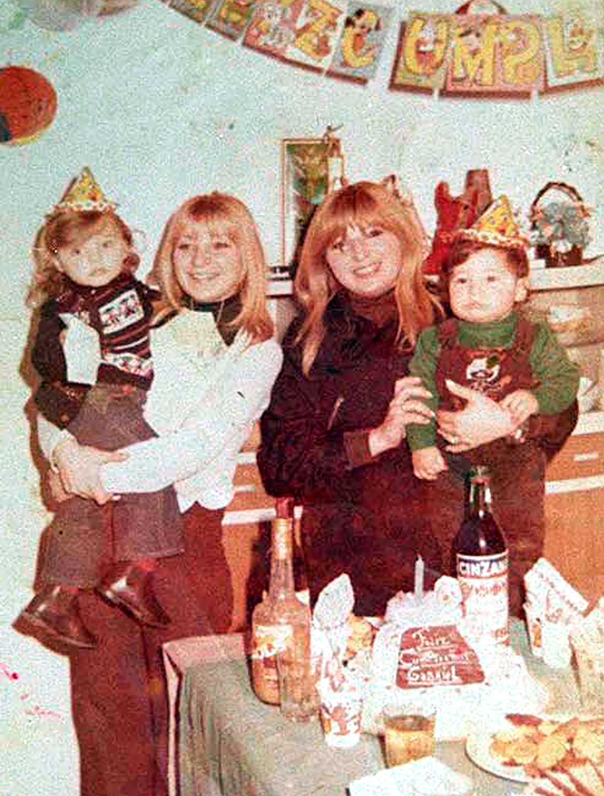 En el cumpleaños de Gabriel, el hijo de Pepita (la de negro). Alicia es la de la izquierda