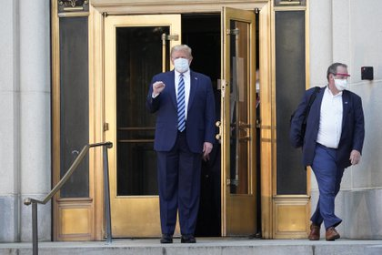 Donald Trump, a su salida del hospital militar Walter Reed, tras tres noche ingresado al dar positivo por coronavirus. CHRIS KLEPONIS / ZUMA PRESS / CONTACTOPHOTO