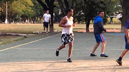 Ronaldinho jugó al fútbol con otros internos y policías (Foto: @edgar_cantero)