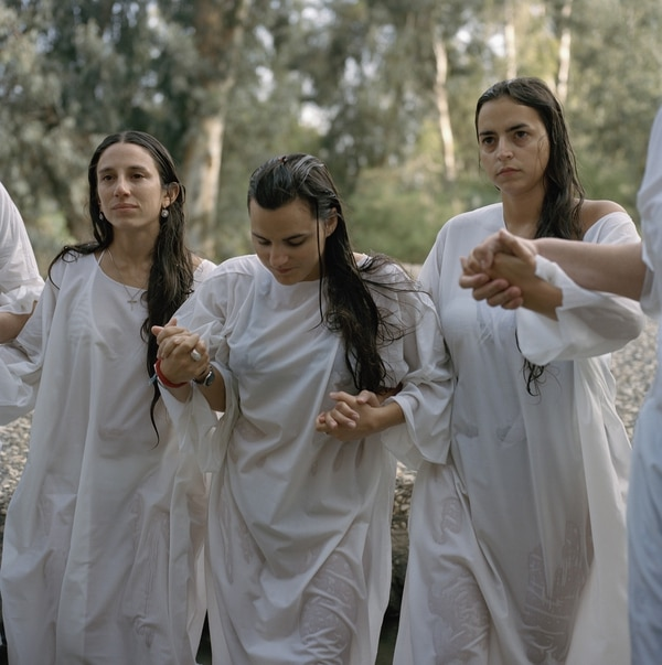 Peregrinas argentinas caminan hacia el sitio del bautismo sagrado en el rio Jordan en Israel. Lynn Johnson, 2011