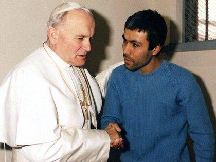 Juan Pablo II durante la visita a Mehmet Ali Agca en prisión