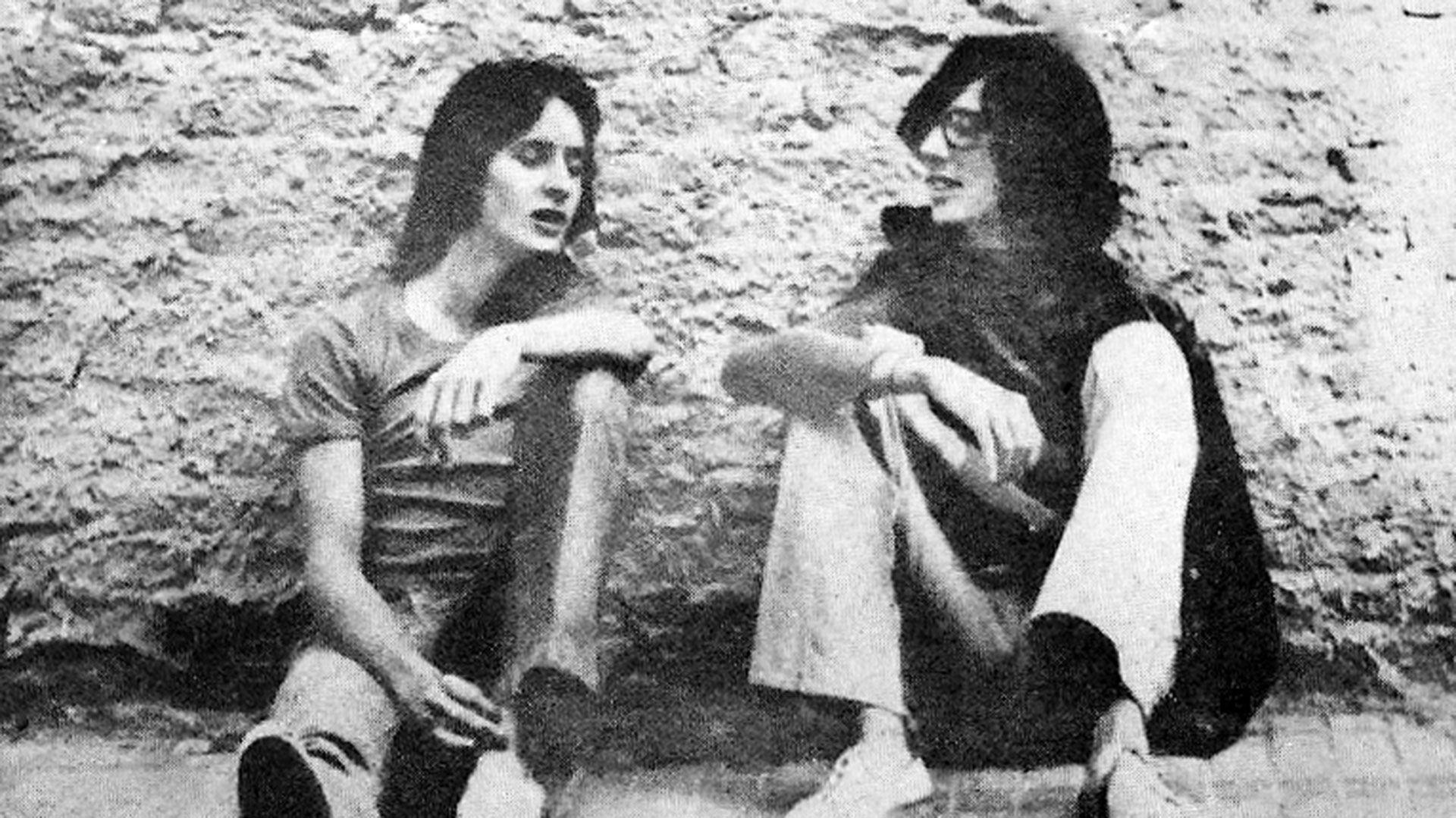 """Nito Mestre y Charly García en la foto de Dani García Moreno, que fue tapa de su primer disco (Vida). Mirando esa pared surgió """"Rasguña las piedras"""""""