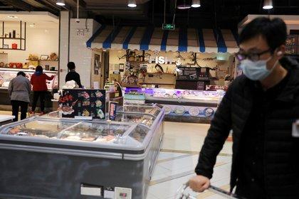 FOTO DE ARCHIVO: Un hombre con mascarilla en la sección de alimentos congelados de un supermercado en Beijing, China, el 17 de noviembre de 2020. REUTERS / Tingshu Wang / GLOBAL BUSINESS WEEK AHEAD