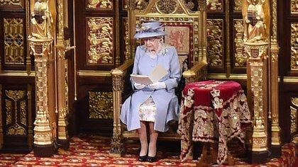 La reina Isabel II rompió casi todos los protocolos en su reaparición ante la Cámara de los Lores para un importante acto oficial