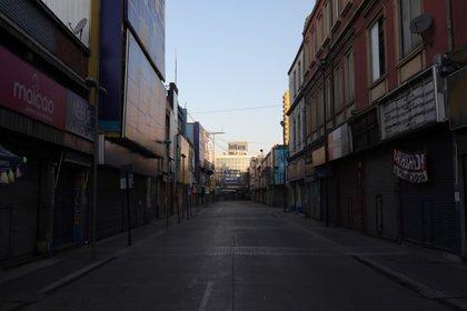 Foto de archivo de una calle vacía en un habitualmente populoso sector comercial de Santiago, Chile. Abril, 2020. REUTERS/Pablo Sanhueza
