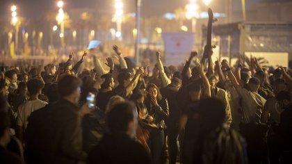 """Fiestas callejeras en España por el fin del estado de alarma: """"Hemos venido a emborracharnos, el resultado nos da igual"""""""