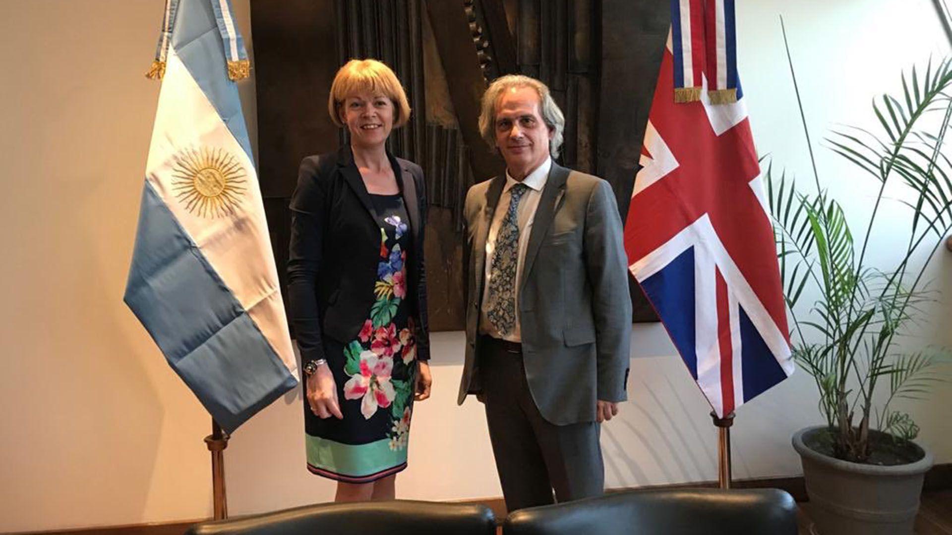 El vicecanciller Tettamanti recibió a su par británica Wendy Morton en su despacho de la Cancillería