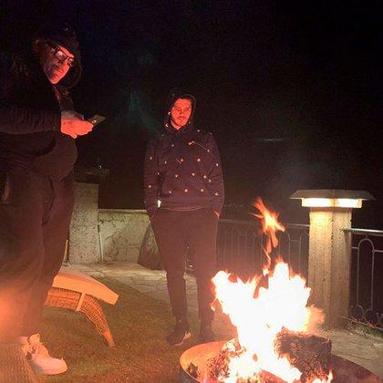 """""""Mis compañeros de cuarentena meta fuego"""", escribió Wanda en una imagen con su marido y su suegro (Foto: Instagram)"""
