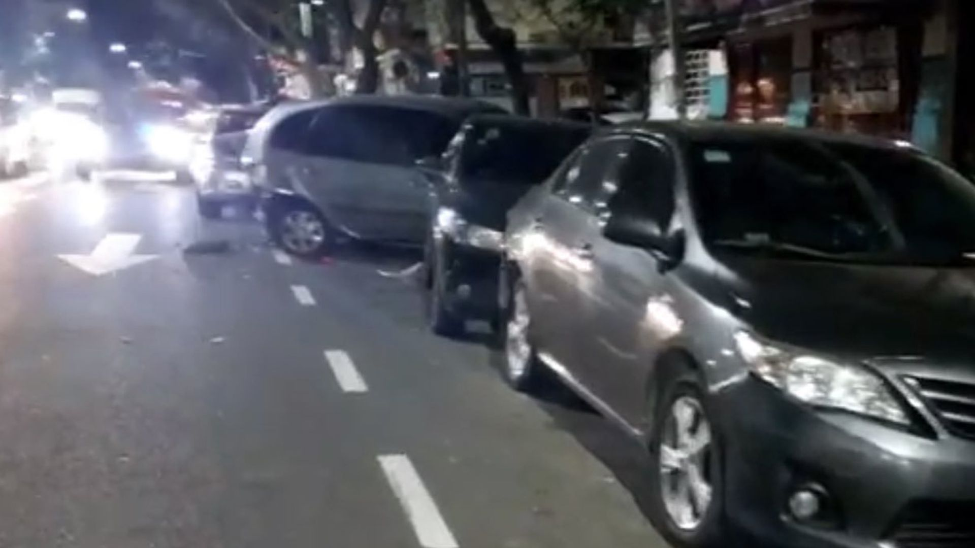 Uno de los autos estacionados chocados quedó subido a la vereda(@jotaleonetti)