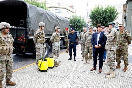 El intendente Fernando Espinoza dialogó con los jefes del operativo que el Ejercito desplegará en su territoria para ayudar a los más humildes.