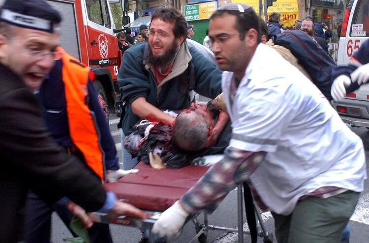 Paramédicos rescatando a uno de los heridos en el atentado del 9 de agosto de 2001 en el restaurante Sbarro de Jerusalén. Photo by Yossi Zamir / Flash90.