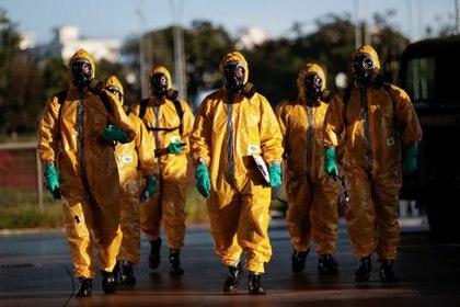 Integrantes de la Armada de Brasil llegan para desinfectar la estación central de buses en medio del brote de coronavirus, en Brasilia, Abril 9, 2020. REUTERS/Ueslei Marcelino