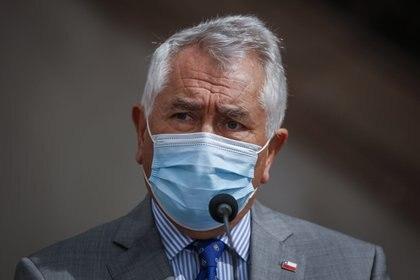 El ministro de Salud chileno, Enrique Paris, ha sido blanco de críticas debido a la flexibilización de las medidas sanitarias