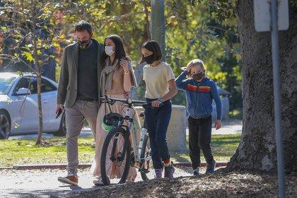 Familia ensamblada. Ben Affleck paseó junto a su novia, la actriz cubana Ana de Armas, por las calles de Santa Mónica, California. La pareja disfrutó de un buen momento junto a los hijos del actor, Samuel y Seraphina, que llevó su bicicleta