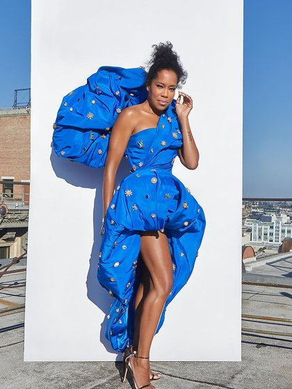 Regina King, enfundada en un auténtico Schiaparelli Couture by Daniel Roseberry en azul francia con apliques de diseño irregular con sandalias con pulsera en color bronce de Stuart Weitzman
