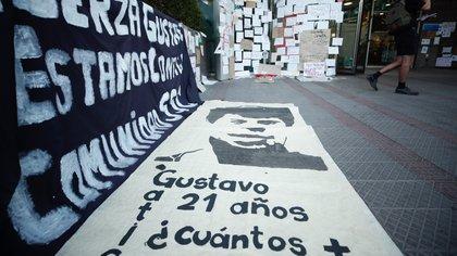 Un conjunto de carteles de apoyo a Gustavo Gatica en la Clínica Santa María (EFE)