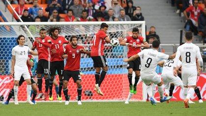 Lui Suárez pateando un tiro libre en el mundial de Rusia 2018. AFP