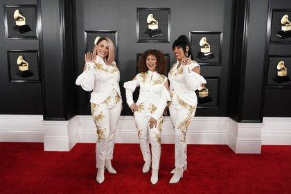"""El grupo musical Flor de Toloache, nominado a mejor álbum de rock. Según María Gabriela Gurmandi, """"las tres lucen iguales con traje blanco y dorado, con detalles de cut out en los brazos"""""""