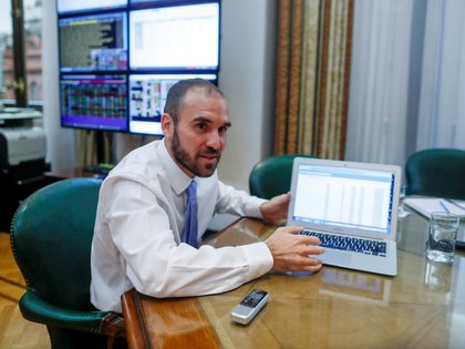 La cartera que dirige Martín Guzmán acumuló en el mes un porcentaje de refinanciamiento de 142%, lo que representa un financiamiento neto de $46.370 millones. REUTERS/Agustin Marcarian/File Photo