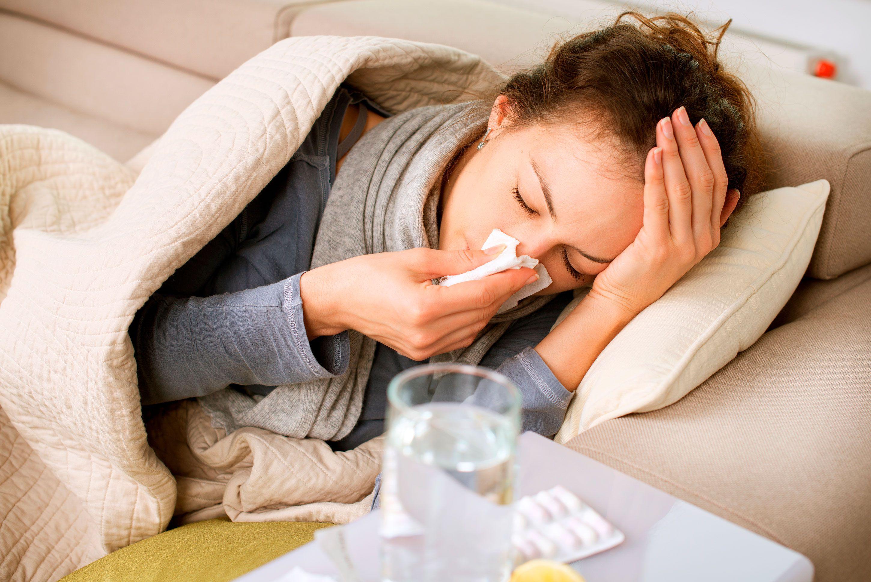 El rinovirus es el agente causal más frecuente, con más de 100 serotipos que causan resfrío (Shutterstock)