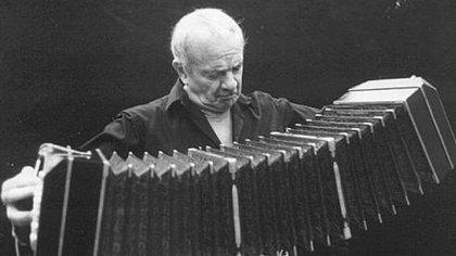 Astor Piazzolla nació el 11 de marzo de 1921 en Mar del Plata y falleció el 4 de julio de 1992 en la ciudad de Buenos Aires.