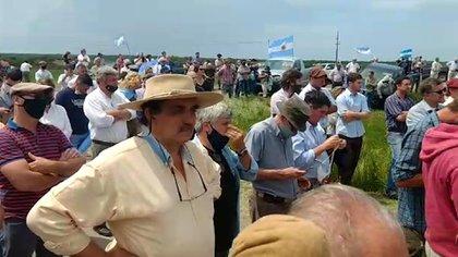 Productores rurales se concentraron en la entrada del campo para protestar por la usurpación de los terrenos
