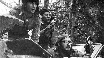 Fidel Castro durante la contra ofensiva en la Bahía de los Cochinos publicada en diario oficial Granma (AP)