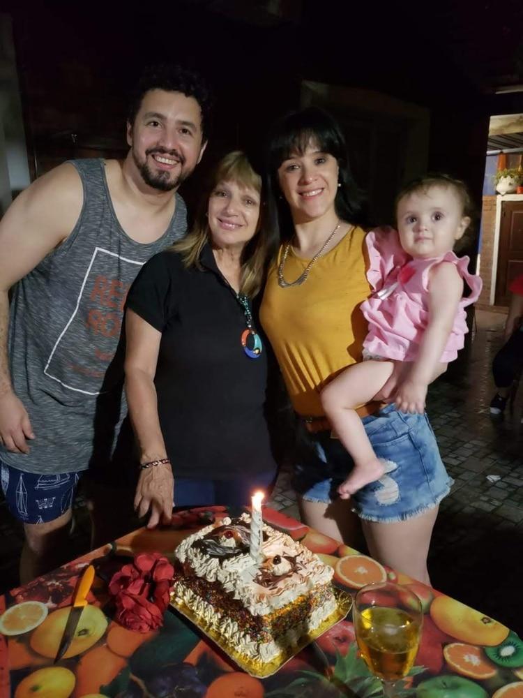 Ana María Tonzar rodeada por su hija Celeste, su nieta Eva y su yerno, Juan.