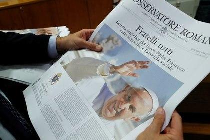 """La portada del periódico del Vaticano, L'Osservatore Romano con la foto del Papa Francisco y su última encíclica titulada """"Fratelli Tutti"""" (Hermanos Todos) en el Vaticano. (Foto: Remo Casilli/Reuters)"""