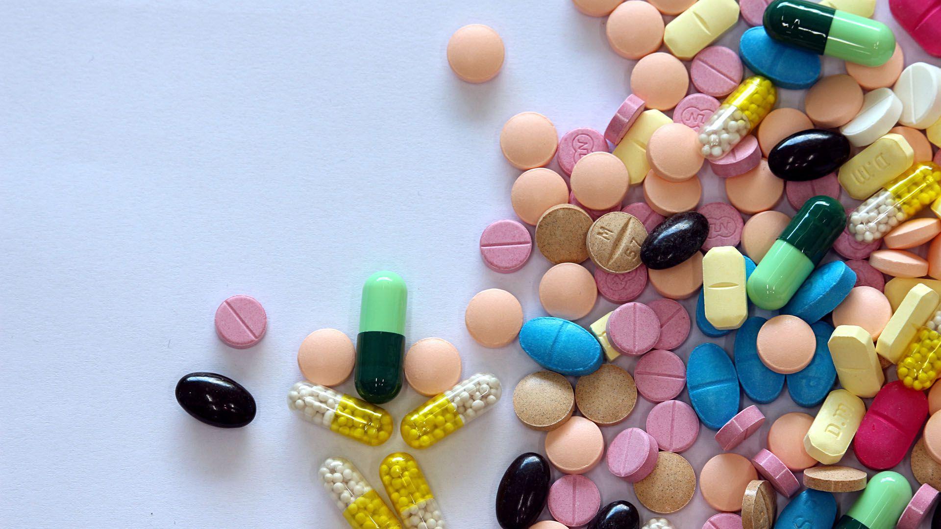 La eritromicina y la penicilina son los antibióticos de elección recomendados tradicionalmente para tratar los casos confirmados de difteria en etapa temprana