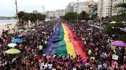 Los juerguistas participan en el Desfile del Orgullo Gay en la playa de Copacabana en Río de Janeiro, Brasil, el 22 de septiembre de 2019. REUTERS / Ian Cheibub