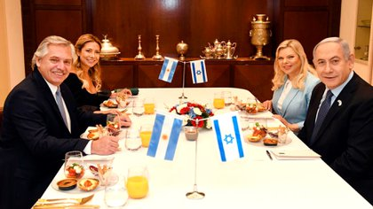 Alberto Fernández, Benjamín Netanyahu, Fabiola Yáñez y Sara Netanyahu durante el almuerzo que compartieron en Jerusalén