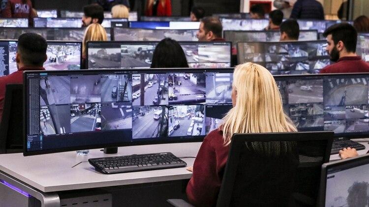 Personal civil monitorea las cámaras en pantallas.