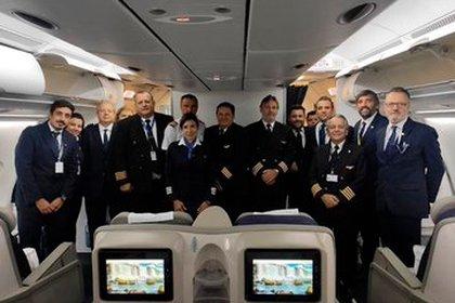 Tripulantes de AA a bordo de un avión que salió en busca de argentinos varados por el mundo