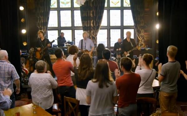 Paul McCartney realizó una presentación sorpresa en el pub Philharmonic de Liverpool donde tocó con los Beatles en sus comienzos
