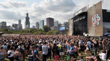 Una multitud en el festival Lollapalooza, con los edificios de Chicago como fondo (AP)