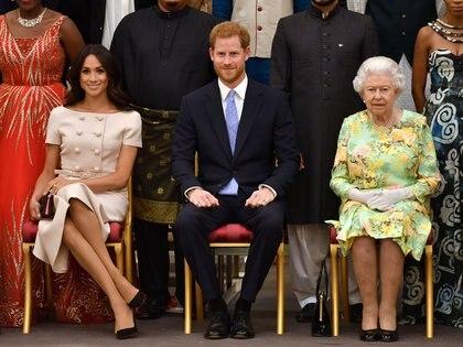 Meghan Markle, le prince Harry et la reine Elizabeth II lors d'une cérémonie au palais de Buckingham à Londres en 2019 (Reuters)