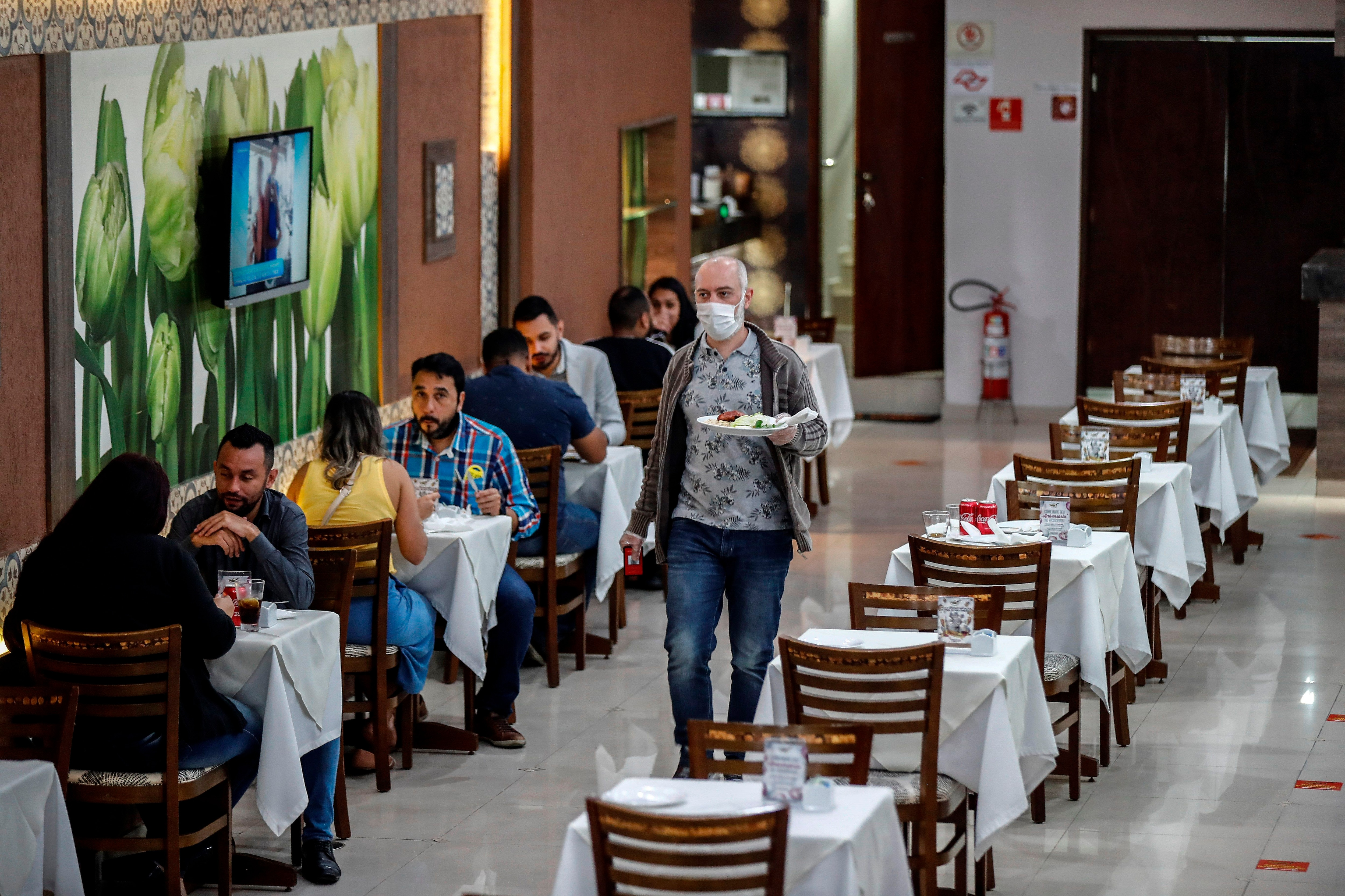 Vista general de un restaurante con atención al público de forma presencial este lunes, en Sao Paulo (Brasil). EFE/ Sebastiao Moreira