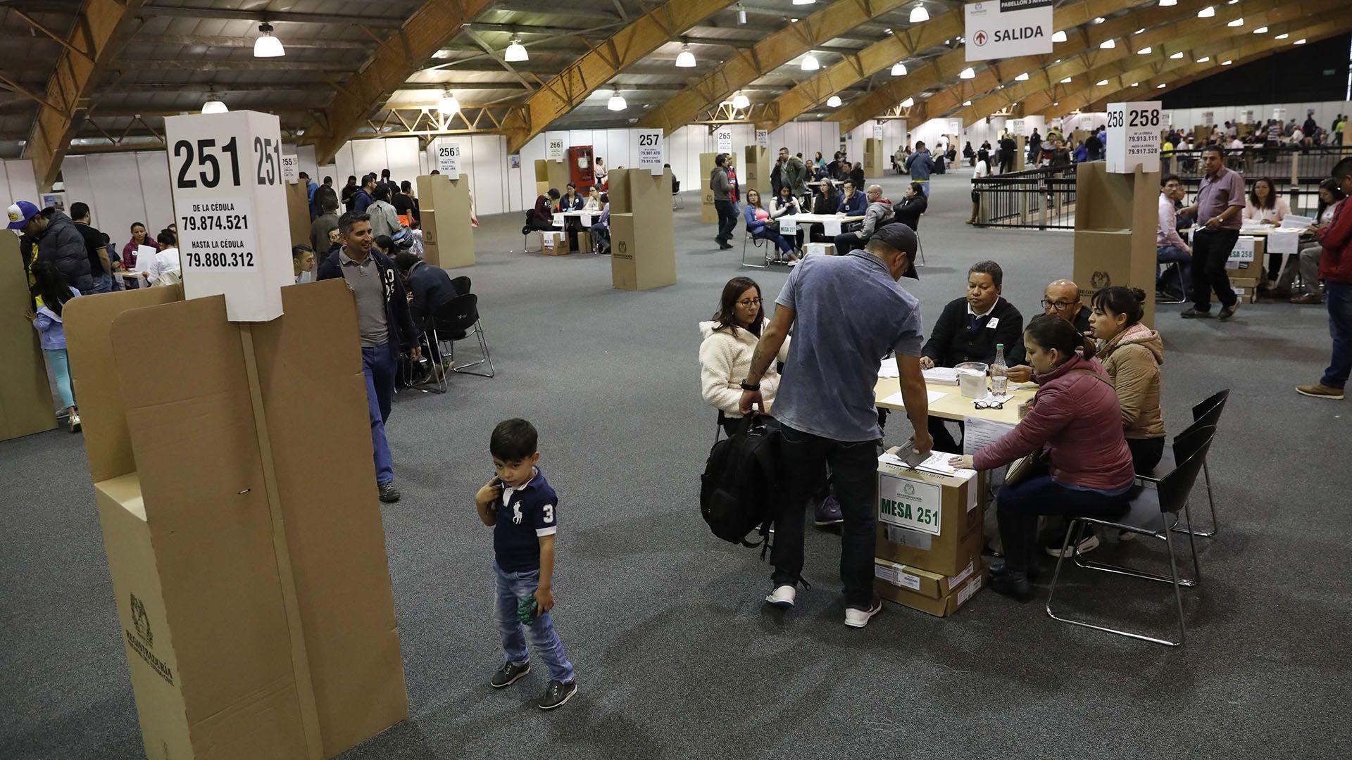 La Alcaldía de Bogotá, la capital del país, es el principal cargo en juego en estas elecciones locales.
