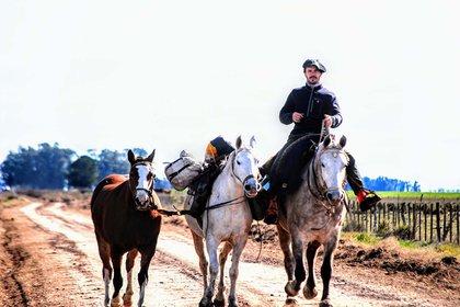 Hace un año renunció su trabajo en un banco para cabalgar la Argentina de sur a norte a bordo de sus tres caballos