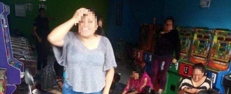 Familiares de los asesinados se lamentan tras el ataque en una tienda de