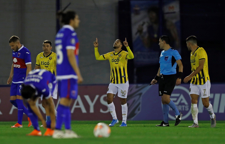 Cecilio Domínguez (c) de Guaraní celebra un gol hoy, en un partido del grupo B de la Copa Libertadores entre Club Atlético Tigre y Club Guaraní en el estadio José Dellagiovanna en Victoria (Argentina). EFE/Juan Ignacio Roncoroni