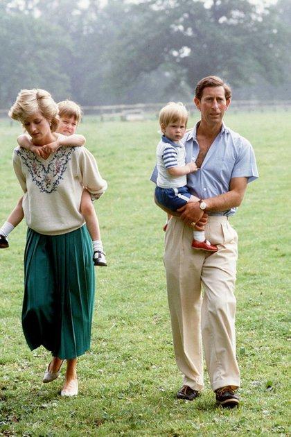 Lady Di junto al príncipe Carlos y sus hijos, Guillermo y Harry