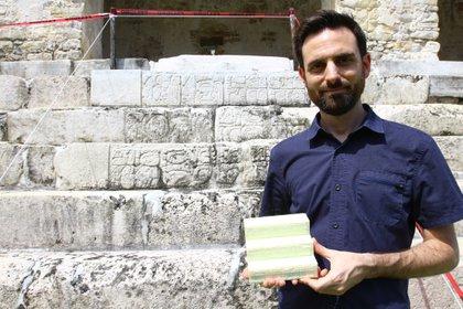 Chance Coughenour, director de programa en Google Arts & Culture muestra una réplica a escala de la Escalinata que se instalará en el lugar donde se encuentra la original para ayudar a su conservación. (Foto: Fernando Guarneros Olmos/Infobae México)