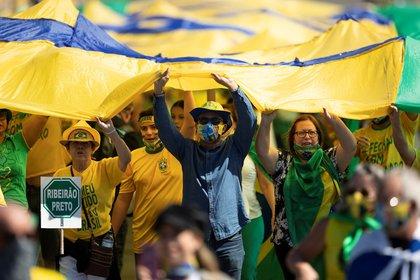 Cientos de simpatizantes del presidente brasileño, Jair Bolsonaro, se manifiestan este domingo en Brasilia (Brasil). EFE/ Joédson Alves