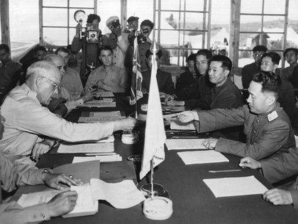 El General Blackshear M. Bryan, intecambia credenciales con el teniente general Lee Sang Cho en la sesión de apertura de la Comisión de Armisticio Militar en la Conferencia de la Casa Panmunjom el 27 de julio de 1953. A la derecha de Lee está el general chino Ting Kuo Jo, y el general Tsai Cheng Wen (AP)