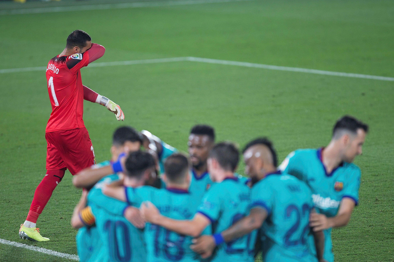 Los jugadores del FC Barcelona celebran junto al guardameta del Villarreal, Sergio Asenjo, un gol del equipo barcelonista. EFE / Domenec Castelló/Archivo