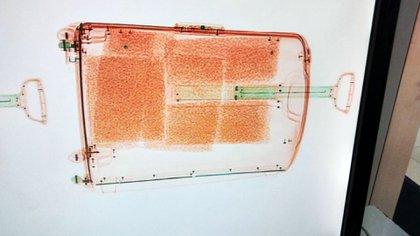 La mujer intentó ingresar más de 29 mil pastillas de éxtasis en su valija
