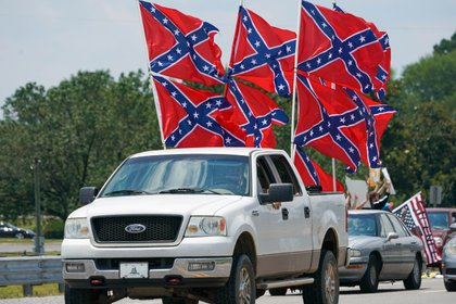 Manifestantes con la bandera confederada en una protesta en EEUU Mandatory Credit: Marvin Gentry-USA TODAY Sports